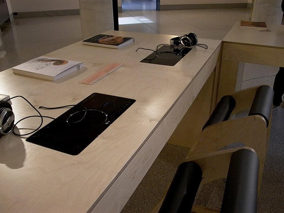 Tavolo multimediale bianchini e lusiardi architetti - Tavolo multimediale ...