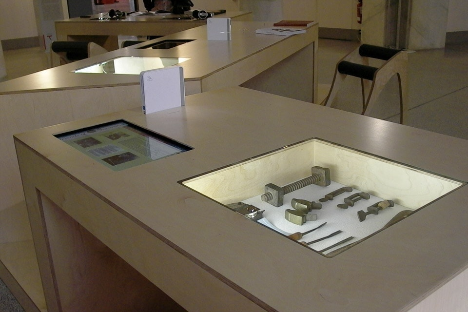 bianchini-e-lusiardi-architects-design-multimedia-table-ph-7-2010