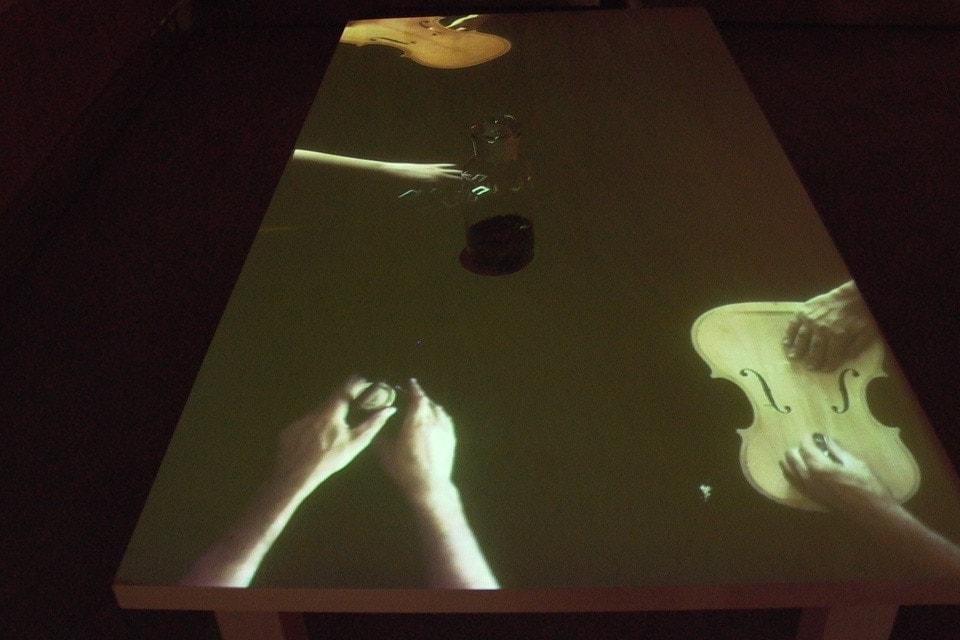 tavolo-del-liutaio-installazione-mutimediale-bianchini-lusiardi-associati-fronte-2